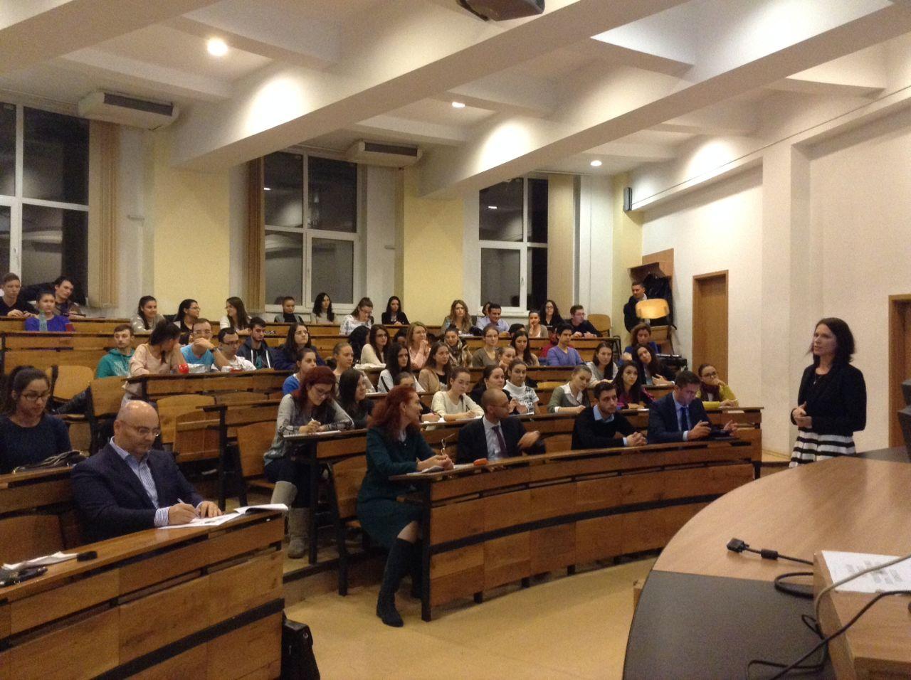 Studentii de la ASE au aflat mai multe despre asigurari de la specialistii UNSAR